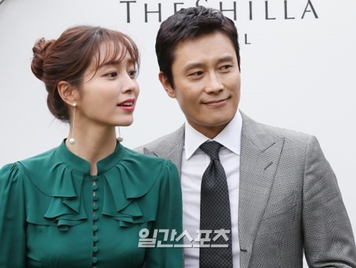 7日午後、ソウル獎忠洞の新羅ホテルで開かれた女優イ・ジョンヒョンの結婚式にゲストとして出席した女優イ・ミンジョン(左)と俳優イ・ビョンホン。