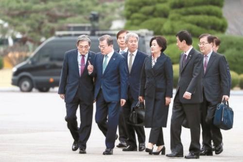 韓米首脳会談のために米国に出国する文在寅大統領と金正淑夫人が10日、京畿道城南のソウル空港で盧英敏(ノ・ヨンミン)秘書室長(左)と話をしながら移動している。