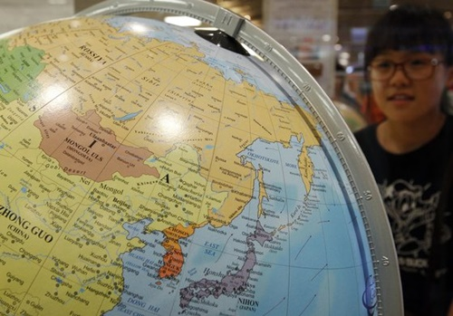 欧州最高のイタリア地球儀メーカー「Zoffoli Geographica」が製作した地球儀に東海(EAST SEA)が単独表記されている。(写真=中央フォト)