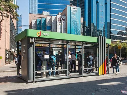 喫煙ブースは地下鉄2号線乙支路入口(ウルチロイック)駅5・6番出口から徒歩約2分、「KEBハナ銀行」前にあります。小さなブースはいつも大勢の人でいっぱい。