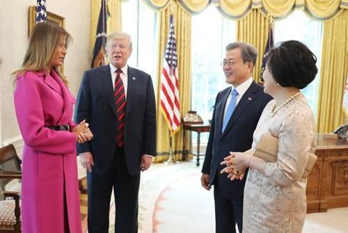 トランプ米大統領夫妻(左)と文在寅(ムン・ジェイン)大統領夫妻(青瓦台写真記者団)