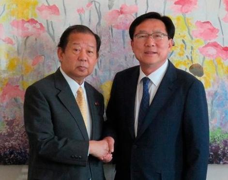 金基文(キム・ギムン)中小企業中央会会長(右)と二階俊博自民党幹事長(写真=中小企業中央会提供)
