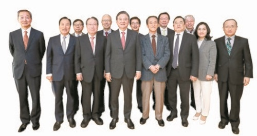 財団法人「韓半島平和構築」主催の「韓日ビジョンフォーラム」が15日午前、ソウル中区の中央ホールディングス会長室で開かれた。フォーラムを終えて記念撮影をする洪錫ヒョン(ホン・ソクヒョン)韓半島平和構築理事長と出席者。