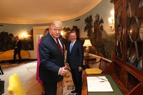 韓米首脳会談のためにワシントンを訪問した韓国の文在寅大統領が11日(現地時間)、ホワイトハウスに到着して芳名録に記入した。ドナルド・トランプ米大統領が芳名録内容を見て親指を立てて見せている。(写真=青瓦台写真記者団)