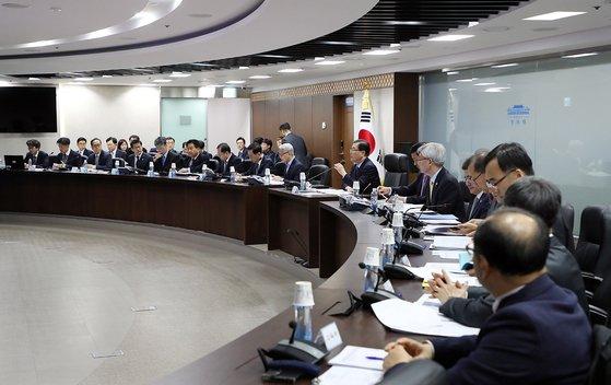 昨年12月19日、鄭義溶(チョン・ウィヨン)国家安保室長が国家危機管理センターで国家サイバー安保政策調整会議を主宰している。(写真=青瓦台提供)