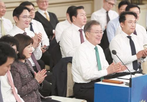 文在寅大統領が1月15日に青瓦台迎賓館で開かれた「企業家との対話」で、ある企業家の発言を聞き拍手している。(写真=中央フォト)