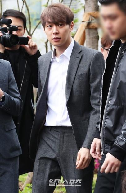 麻薬使用容疑により26日午後に京畿道水原市霊通区の水原地方裁判所に出頭したパク・ユチョンさん