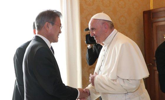 文在寅大統領が昨年10月18日にバチカン宮殿を訪問してフランチスコ法王と対話している。(写真=青瓦台)