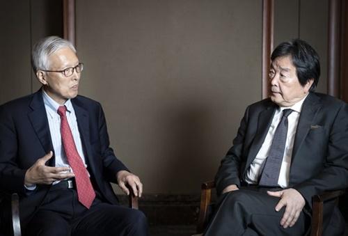 申ガク秀氏(左)と田中均氏が今月19日、ソウルのロッテホテルで韓日関係について話をしている。