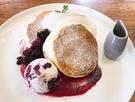 弘大(ホンデ)の「PAULIN PANCAKE」は、スフレパンケーキ専門カフェ。ブルーベリーのほか、アールグレイやティラミスなど数種類があり、口の中に入れたらしゅわっと溶ける軽い食感が特徴です。(写真はベリーナイスデイ、14,800ウォン)