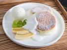 同じく弘大に位置するパンケーキ専門カフェ「Andamiro pancake」のオリジナルスフレパンケーキ(10,000ウォン)は、外がふわふわ、中がとろとろ。甘さ控えめで、添えられたアイス、果物と良く合います。