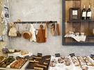 田浦洞カフェ通りの人気店といえば「Bakers'」。インスタグラムで話題のテイクアウト専門ベーカリーです。ザクザク食感のパイ生地にたっぷりとチョコレートをディップした 「パルミエ」 が名物です。