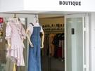 ショップのショーウィンドウは、春夏のトレンドファッションに衣替え。明るい色の軽やかなファッションが並びます。