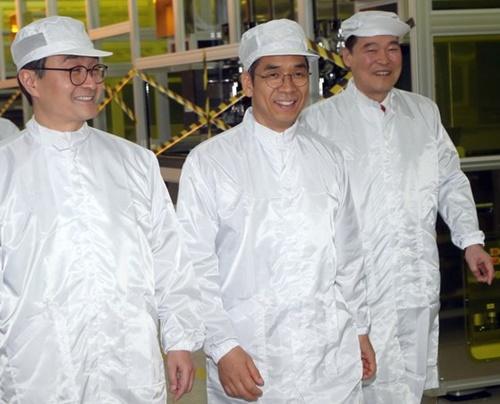 トップエンジニアリングのリュ・ドヒョン代表(右から2人目)が30日に同社坡州事業所で朴原住特許庁長(左)と懇談会を終えた後生産ラインを見回っている。