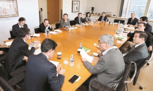 各界の専門家による「韓日ビジョンフォーラム」第2回会議が開かれ、過去の問題の解決策について議論が行われた。