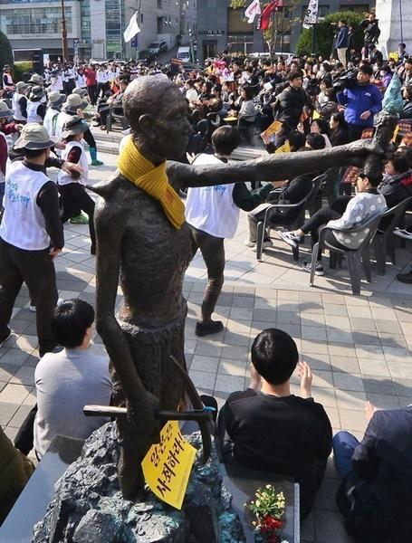 先月30日、釜山東区草梁洞の日本総領事館近隣の鄭撥(チョンバル)将軍銅像のそばに臨時設置されている強制徴用労働者像