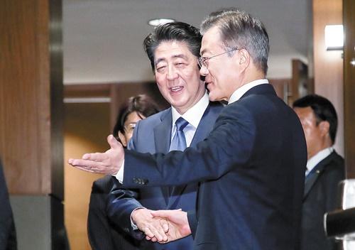 日本の安倍晋三首相(左)と韓国の文在寅大統領