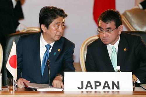昨年5月、東京で開かれた韓日中首脳会議時の安倍晋三首相(左)と河野太郎外相。(写真=青瓦台写真記者団)