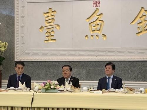 文喜相(ムン・ヒサン)国会議長(真ん中)が8日午前、中国北京の釣魚台国賓館で開いた北京特派員団との懇談会で冒頭発言をしている。張夏成(チャン・ハソン)駐中大使(左)、朴炳錫(パク・ビョンソク)共に民主党議員(右)が出席した。