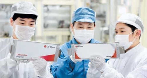LG化学はSKイノベーションの攻撃的な受注戦略と職員獲得に不満を抱いてきた。今回の提訴も長期間にわたる両社の葛藤が表面化したというのが業界の分析だ。写真は梧倉(オチャン)電気自動車バッテリー生産ライン。(写真=LG化学)