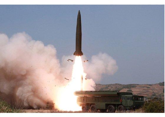 北朝鮮が4日午前、元山の虎島半島一帯で北朝鮮版イスカンデルミサイルと推定される弾道ミサイルと300ミリ放射砲などを動員した射撃訓練をした。(写真=朝鮮中央通信)
