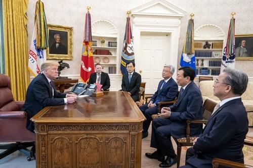 トランプ米大統領が13日(現地時間)、辛東彬(シン・ドンビン、重光昭夫)ロッテグループ会長をホワイトハウス執務室のオーバルオフィスに招待する破格の歓待をした。