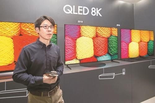 サムスン電子が今年2月、京畿道水原にあるサムスンデジタルシティでサムスン電子研究員が2019年型QLED 8Kを実演している。(写真提供=サムスン電子)