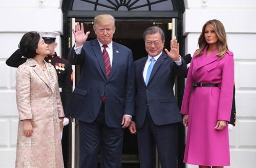 韓米首脳会談のためにワシントンを訪問した文在寅大統領夫婦が4月11日(現地時間)、ホワイトハウスに到着してドナルド・トランプ米大統領夫婦の出迎えを受けている。(写真=青瓦台写真記者団)