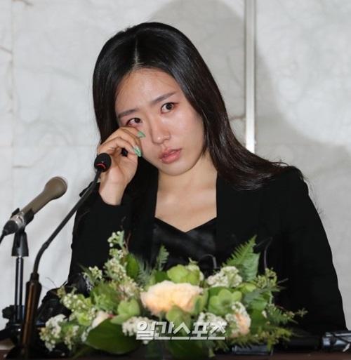 引退式で涙を見せる韓国スピードスケートの李相花。
