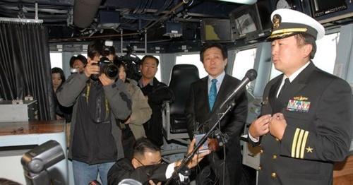 2009年3月、合同訓練に参加したチェ・ヒドン当時中佐(一番右)がイージス駆逐艦「チェイフィー」で説明をしている。(写真=米海軍)