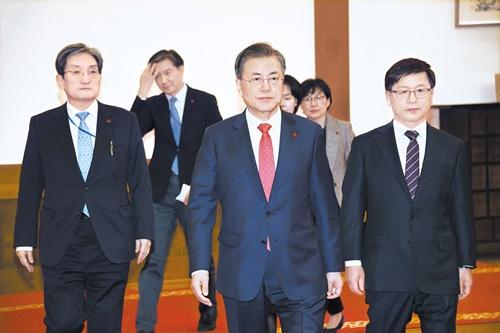 文在寅大統領(中央)