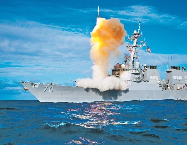 海軍イージス艦から発射した艦対空ミサイル「SM3」(中央フォト)
