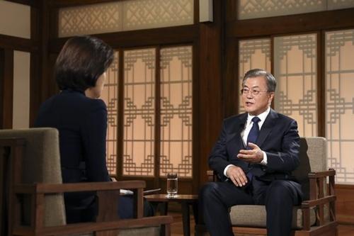 文在寅大統領は9日に青瓦台で行われたKBS特集対談番組で経済成長率に関し「徐々に良くなる傾向」として今後の経済状況を楽観した。(写真=青瓦台)