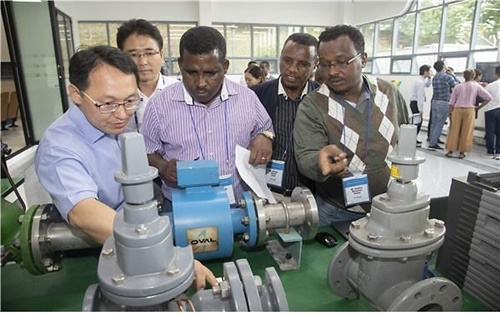 2018年、水管理中核技術国際教育のため韓国水資源公社水道管網教育センターでベトナム、エチオピア、パキスタンの教育生が現場実習をしている。(写真=韓国水資源公社提供)