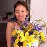 SHIHO、夫・秋山成勲からのサプライズ花束で笑顔 「皆さんのおかげ!」