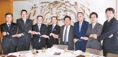 20日、ソウルロッテホテルで開かれた韓日議員連盟の昼食懇談会に参加した姜昌一会長(左から3人目)と日韓議員連盟の河村建夫幹事長(左から4人目)。