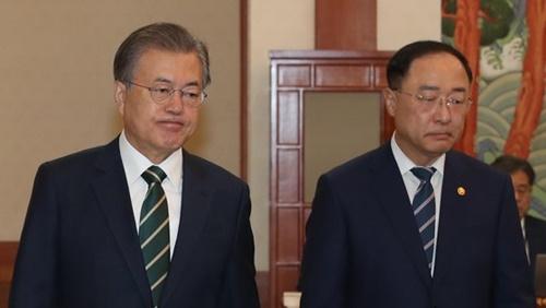 文在寅(ムン・ジェイン)大統領と洪楠基(ホン・ナムギ)経済副首相