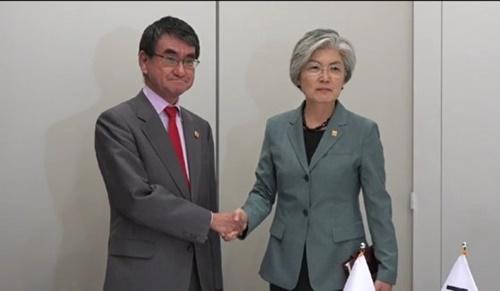 23日(現地時間)、仏パリで開かれた経済協力開発機構(OECD)閣僚会議を契機に河野太郎外相(左)と康京和外交長官(右)が韓日外相会談を開催した。(写真提供=韓国外交部)
