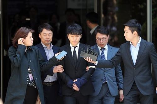 売春斡旋などの疑惑が持たれている歌手V.Iさんが14日午後、ソウル瑞草区(ソチョグ)ソウル中央地裁で開かれた令状実質審査を終えた後、裁判所を出ている。