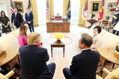 文在寅大統領が4月11日午後(現地時間)、米ワシントンのホワイトハウス・オーバルオフィスでトランプ米大統領と歓談している。(写真=青瓦台写真記者団)