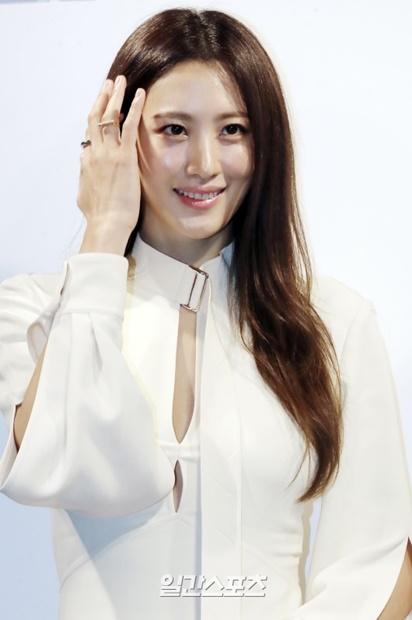 27日午後、ソウル経理団通りに位置したスペースKで開かれたスキンケアブランドのポップアップストアのオープンイベントに登場した女優スヒョン