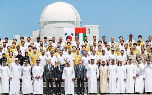 昨年3月に文在寅大統領がアラブ首長国連邦(UAE)を公式訪問し同国のバラカ原発1号機建設完了行事に参加した後に記念撮影している。(写真=韓経DB)
