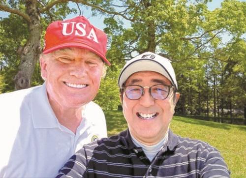 訪日中のドナルド・トランプ米国大統領が26日、安倍晋三首相とのゴルフラウンド中に自分撮り写真を撮影した。(写真=日本首相官邸ツイッター)