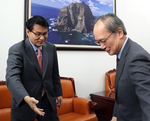 長嶺安政駐韓日本大使(右)が今年4月、ソウル汝矣島(ヨイド)の国会で尹相ヒョン外交統一委員長を表敬訪問している。