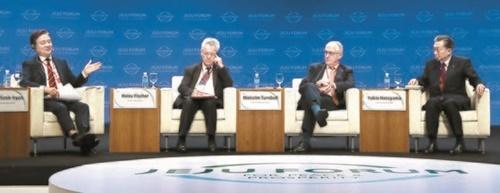 済州フォーラム世界指導者セッションが30日、済州国際コンベンションセンターで開かれた。座長の洪錫ヒョン中央ホールディングス会長(左)が発言している。左側から洪会長、ハインツ・フィッシャー元オーストリア大統領、マルコム・ターンブル前オーストラリア首相、鳩山由紀夫・元日本首相。パネルはアジアの平和と繁栄のために多国間協力と統合を増進して回復弾力的平和の制度化について議論した。