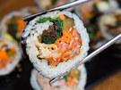 手軽で美味、朝食にもぴったりと万能な「キムパッ(韓国風海苔巻き)」。卵焼き、たくあん、ナムルなどをごま油香る海苔で巻いた、定番の韓国料理です。