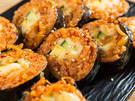 人気観光地・明洞(ミョンドン)にもある24時間営業の軽食チェーン「名人マンドゥ」の「ミスキムパッ」は、とろりチーズをキムチチャーハンが包む変り種。