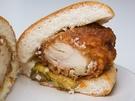 分厚い味付けチキンを大胆に挟んだ「水原式王カルビバーガー(2,500ウォン)」は、柔らかいお肉が美味。