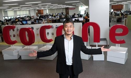 ココネの千良鉉会長がソウル市内にあるココネのグローバルオフィス前でポーズを取った。グローバルオフィスには120人ほどの韓国人が勤める。
