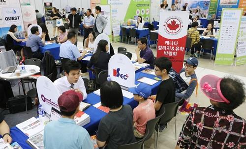 韓国の10~20代の6割以上が海外留学を希望しているという質問結果が出て、日本より2倍以上となった。写真は海外留学説明会の様子。